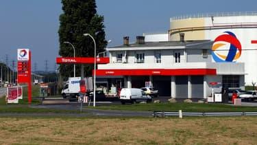 En France, ce sont 800 stations-service qui seront équipées de panneaux solaires.