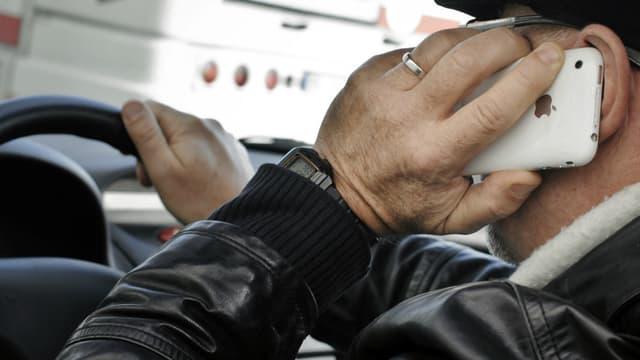 Téléphoner au volant, avec l'appareil en mains, ou l'envoi de sms, est strictement interdit.