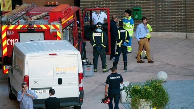Les pompiers stationnent à l'extérieur de la résidence où vivent Teresa Romero et son compagnon, le 8 octobre.