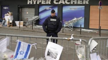 Un policier devant l'Hyper Cacher de la porte de Vincennes où 4 personnes ont été tuées par Amedy Coulibaly.