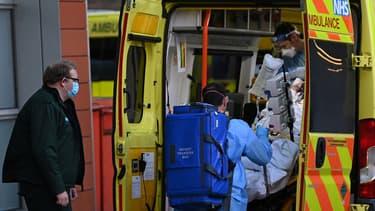 Un ambulancier décharge un patient d'une ambulance devant le Royal London Hospital, dans l'est de Londres, le 6 janvier 2021.