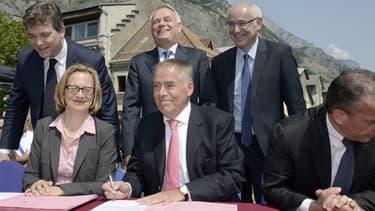 Jean-Marc Ayrault et Arnaud Montebourg étaient présents lors de la signature de l'accord de reprise des sites à Saint-Jean-de-maurienne le 13 juillet 2013.
