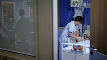 Une infirmière donne des soins à un patient dans un hôpital (illustration) - Jean-Sébastien Evrard - AFP