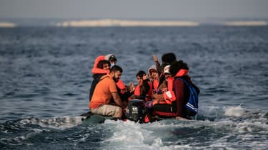 Sur leur canot pneumatique Walid et d'autres migrants approchent des côtes britanniques. Dans la Manche, le 11 septembre 2020