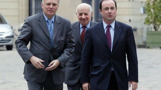 (De G à D) Jean-Marc Ayrault, Claude Estier et François Hollande, alors premier secrétaire du PS, le 14 avril 2004 à Matignon