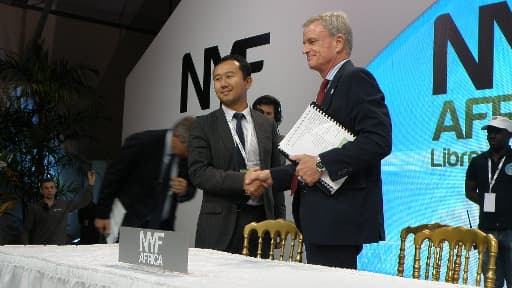 Messieurs Zhao (China Harbour Engineering) et Jim Dutton (Agence nationale des grands travaux) signant le contrat du Champ Triomphal.