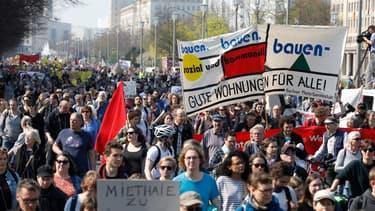 Des Allemands manifestant contre la cherté des loyers à Berlin.