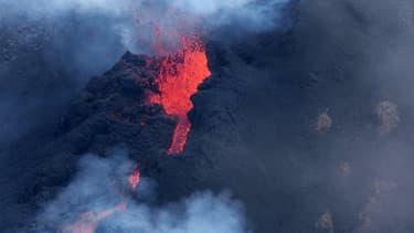 Le Piton de la Fournaise, à La Réunion, lors d'une éruption le 5 février dernier.