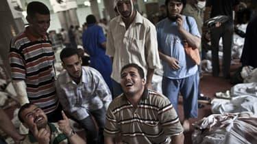 Des Egyptiens pleurent leurs morts à la mosquée du Caire le 15 août 2013.