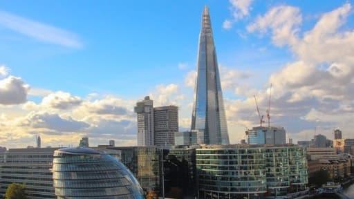 Le Shard et ses 310 mètres qui toisent la Tamise est le symbole de la Finance islamique à la City car il a été financé par le Qatar en partie grâce à des montages financiers conformes à la Charia.