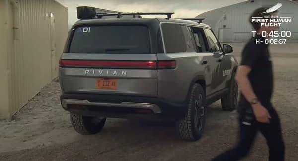 Pour se rendre sur le pas de tir du vol de Blue Origin, les passagers ont emprunté un modèle de la marque Rivian.