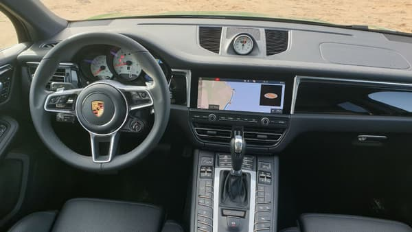 A l'intérieur du nouveau Macan. Sur le volant, on distingue la molette de sélection des modes en bas à droite.