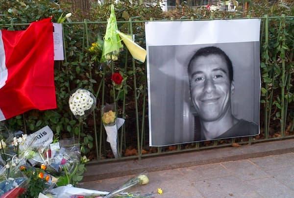 Hommage à Ahmed Merabet, le policier français tué à bout portant lors de l'attaque contre Charlie Hebdo, boulevard Richard Lenoir à Paris le 11 janvier 2015