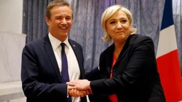 Nicolas Dupont-Aignan (g) et Marine Le Pen, le 29 avril 2017 au siège du Front national à Paris -