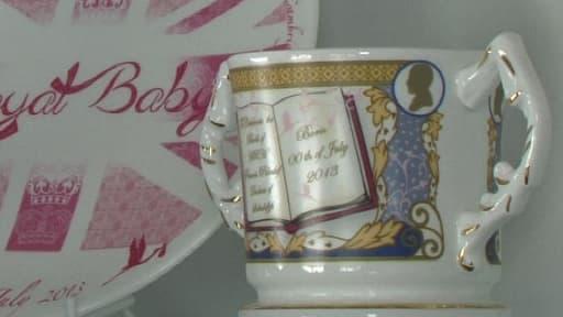"""Objets à l'effigie du """"royal baby"""" (existe aussi en bleu)."""