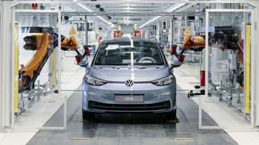 Le groupe Volkswagen vient de relancer la production de son ID.3, sa voiture qui doit démocratiser un peu plus l'électrique.