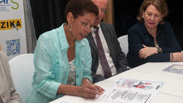 La ministre des Outre-mer George Pau-Langevin a signé vendredi une charte contre le virus Zika en Guadeloupe.