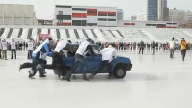 Le premier tournoi de car curling a été organisé le week-end dernier en Russie, pour sensibiliser les automobilistes au danger de la conduite à la sortie de l'hiver.