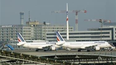 Deux des trois syndicats représentatifs des hôtesses et stewards d'Air France (l'Unsa-PNC et le SNPNC-FO) ont maintenu mercredi leur préavis de grève du 29 octobre au 2 novembre sur l'ensemble du réseau aérien. L'Unac, premier syndicat des personnels navi