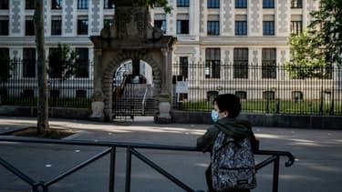 Un enfant devant son collège, le 18 mai 2020 à Lyon