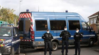 Les forces de l'ordre encadrent le convoi de Michel Fourniret et son ex-épouse Monique Olivier à Ville-sur-Lumes, dans les Ardennes, le 26 octobre 2020.