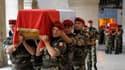 Des militaires français portent dans l'église Saint-Louis des Invalides les cercueils des sept soldats français tués la semaine dernière en Afghanistan, auxquels a été rendu un hommage national mardi matin. /Photo prise le 19 juillet 2011/REUTERS/Philippe