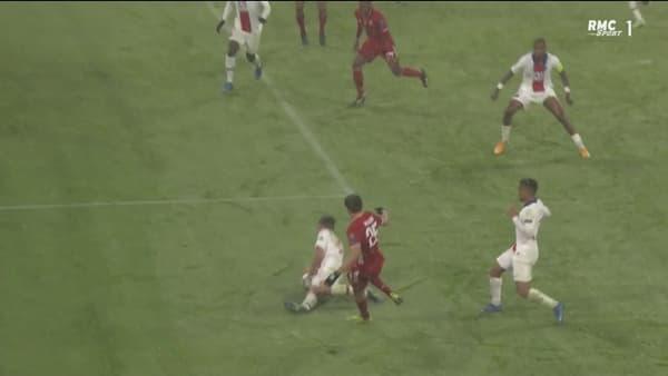 En taclant, Ander Herrera touche le ballon avec son bras après l'avoir contré avec sa jambe (89e)