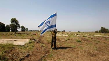 Soldat israélien sur le plateau du Golan. Israël s'est efforcé lundi de convaincre le président Bachar al Assad que sa volonté n'était pas d'affaiblir son régime face à l'insurrection rebelle, malgré la double attaque de l'aviation israélienne ce week-end