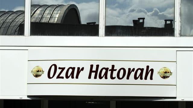 L'école juive Ozar-Hatorah de Toulouse devant laquelle quatre personnes dont trois enfants ont été assassinées le 19 mars par Mohamed Merah a porté plainte après avoir reçu des insultes et de menaces. /Photo prise le 19 mars 2012/REUTERS/Jean-Philippe Arl