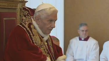Les rumeurs vont bon train sur les raisons de la démission de Benoît XVI. Le porte-parole du Vatican les dément fermement.