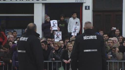"""73 personnes ont été interpellées sur les Champs Elysées après des """"Hollande dégage"""" et des heurts avec la police, lundi."""