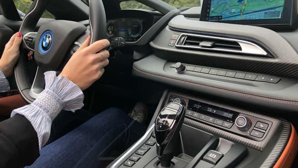 Le bouton pour décapoter se trouve près du rétroviseur central. La planche de bord reprend les éléments classiques des habitacles actuels de BMW.
