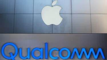 Les logos d'Apple et de Qualcomm.