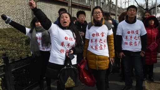 Des manifestants après l'annonce de l'escroquerie, le 4 février 2016