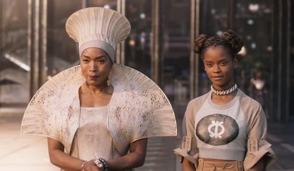 La reine Ramonda (Angela Bassett) et Shuri (Letitia Wright) dans Black Panther