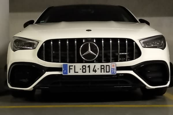 Sous le capot de cette Mercedes, un moteur 2 litres turbo 45s de 421 chevaux, mais pas un six-cylindres. Non, il s'agit d'un quatre-cylindres.