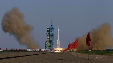 """Le centre spatial chinois de Jiuquan, dans le désert de Gobi, dans le nord-ouest du pays. Une fusée chinoise """"Longue Marche"""" a placé samedi en orbite une capsule spatiale """"Shenzhou 9"""" avec à son bord trois taïkonautes, dont pour la première fois une femme"""