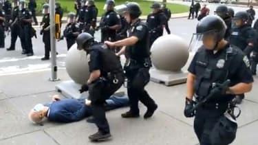 Sur cette image fournie par la radio publique de Buffalo, WBFO, prise par Mike Desmond,  un manifestant de 75 ans est à terre après avoir été violemment poussé par  la police, le 4 juin 2020