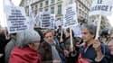 """Plusieurs centaines de personnes se sont rassemblées lundi soir près du ministère de la Justice, à Paris, à l'appel du collectif """"Féministes en mouvement"""", choqué par le verdict du procès de l'affaire des viols collectifs dans le Val-de-Marne. /Photo pris"""