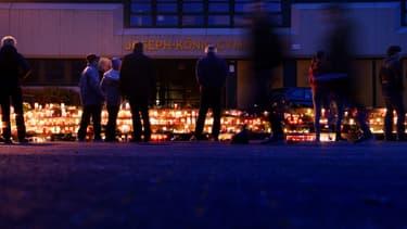 De nombreux élèves et parents du lycée Joseph König, à Haltern, en Allemagne, se sont recueillis jusque tard dans la nuit, mardi.