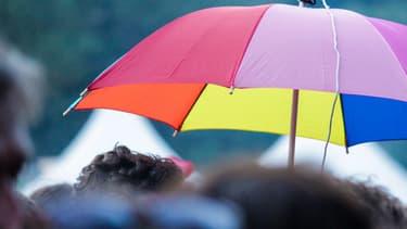 Un parapluie multicolore.
