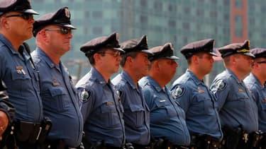 Policiers déployés devant un tribunal fédéral à Boston, dans le Massachusetts. Djokhar Tsarnaev a plaidé non coupable mercredi devant la justice américaine pour le double attentat du 15 avril dernier à l'arrivée du marathon de Boston, qui a fait trois mor