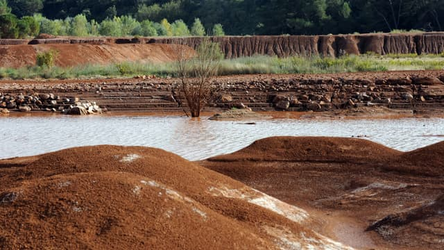 Le site où des résidus de bauxite produisant des boues rouges sont stockés sous forme solide, le 08 octobre 2010