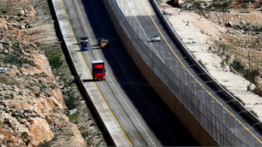La route divisée en son centre entre trafic israélien et palestinien.