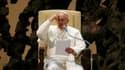 """A l'occasion de sa première audience avec les représentants des médias, le pape François a déclaré samedi matin qu'il aimerait """"une Eglise pauvre et pour les pauvres"""". /Photo prise le 16 mars 2013/REUTERS/Paul Hanna"""