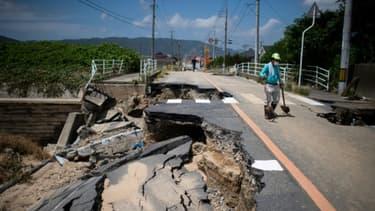 Une route effondrée sous l'effet des pluies diluviennes, le 10 juillet 2018 à Kurashiki, dans le sud du Japon