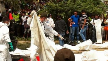 Les corps des enfants sont recouverts après un accident de car en Colombie le 18 mai 2014.