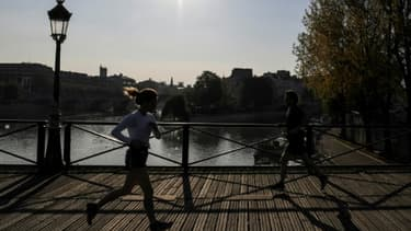 Des joggueurs sur le Pont des Arts, à Paris, le 8 avril 2020 pendant le confinement instauré en France