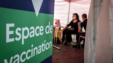 Un centre de vaccination où les pompiers vaccinent avec le Pfizer/BioNTech, à La Défense, le 3 mai 2021