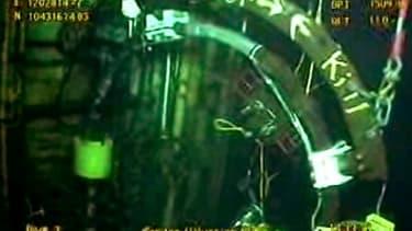 """Capture d'écran d'une vidéo diffusée par BP montrant le déroulement de la procédure """"top kill"""", qui consiste à injecter des fluides épais dans le puits de pétrole endommagé dans le Golfe du Mexique. La compagnie pétrolière britannique a entamé mercredi ce"""